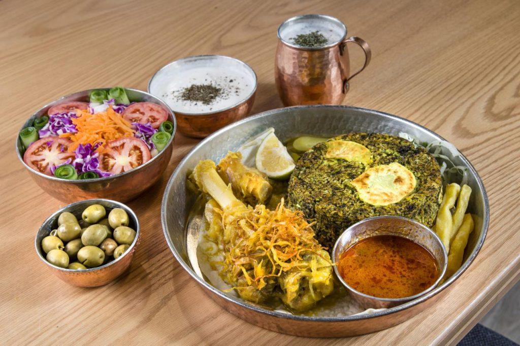 باقالی پلو با ماهیچه به همراه ماست و دوغ سنتی و سالاد فصل و زیتون